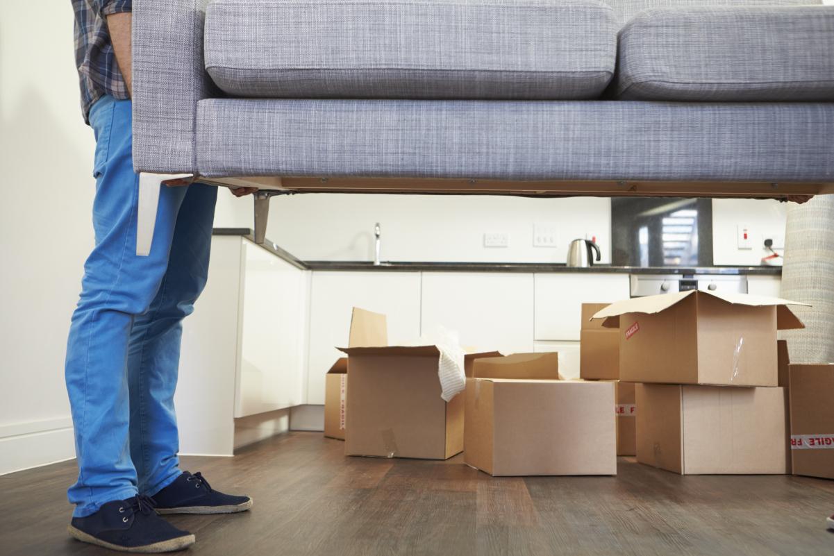 Privater Umzug: Zwei Männer tragen ein Sofa